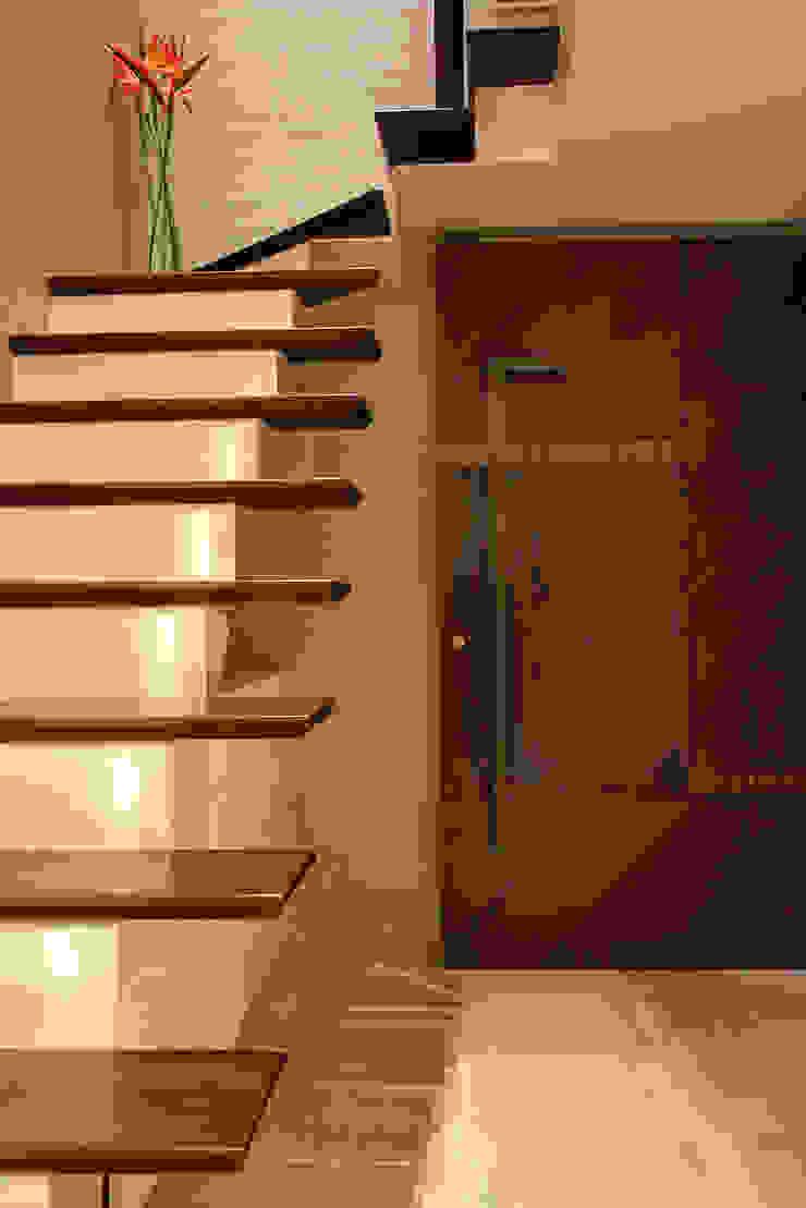Nowoczesny korytarz, przedpokój i schody od USINE STUDIO Nowoczesny