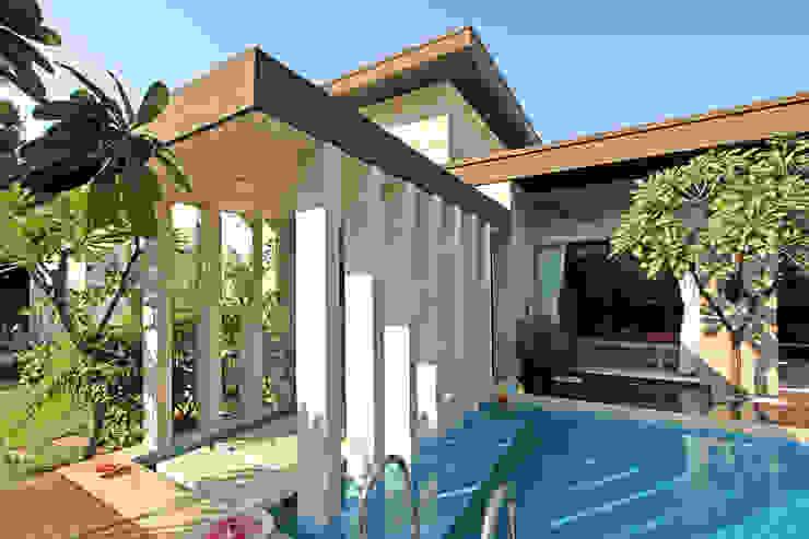 patel house (outhouse) Modern pool by USINE STUDIO Modern