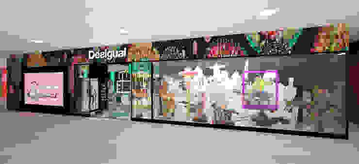Exterior tienda Desigual - Ingreso de Priscila Meza Marrero Ecléctico Madera Acabado en madera