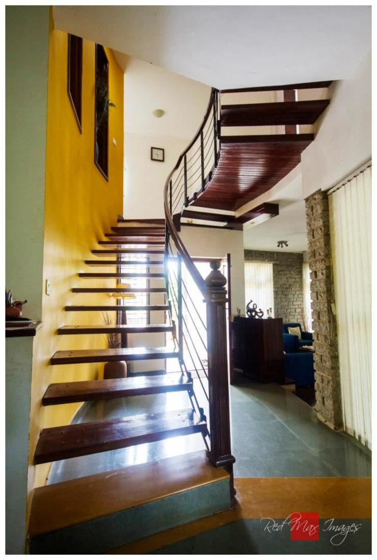 Kaivalya—Bhaskar's residence Eclectic style corridor, hallway & stairs by Sandarbh Design Studio Eclectic