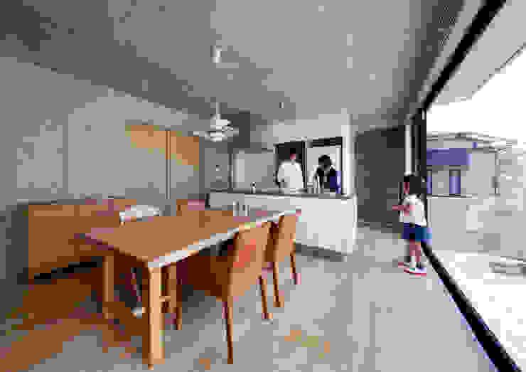一級建築士事務所アトリエm Modern dining room Reinforced concrete Grey