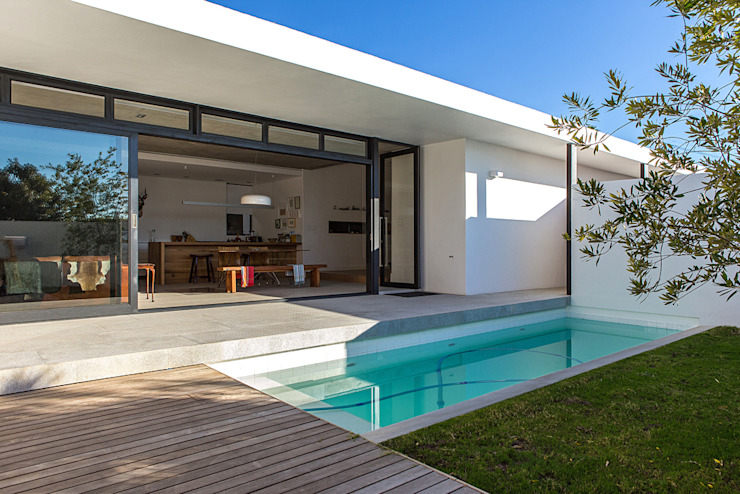 Minimalist pool by Grobler Architects Minimalist