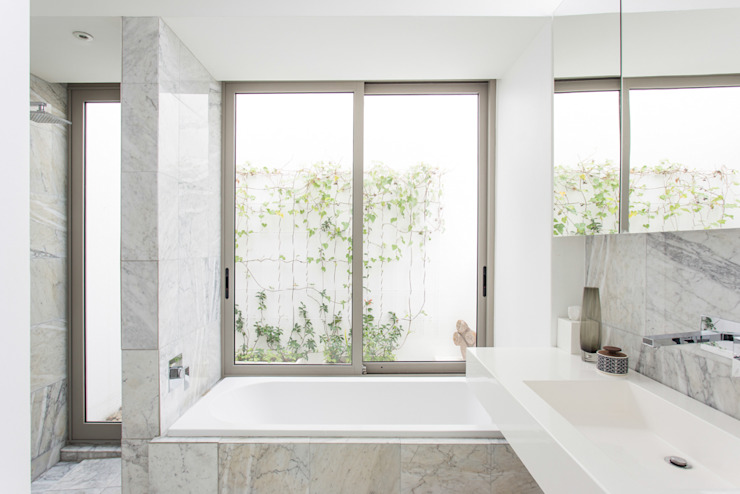 NEW HOUSE GARDENS, CAPE TOWN:  Bathroom by Grobler Architects,