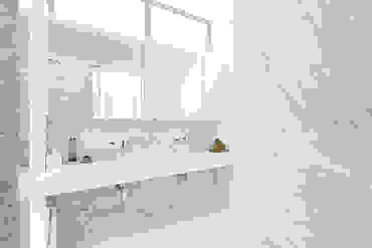 Grobler Architects Minimalistische Badezimmer Marmor Weiß
