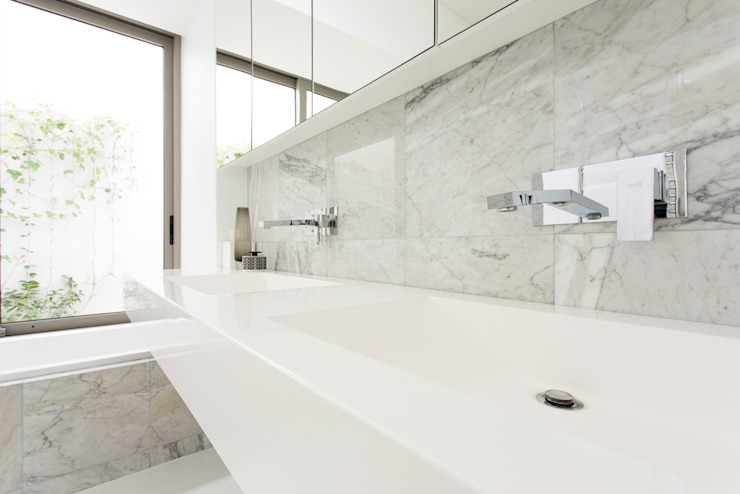 Minimalist style bathroom by Grobler Architects Minimalist Marble