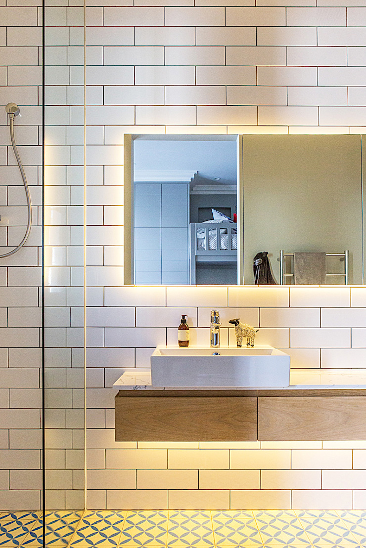 ALTERATION FRESNAYE, CAPE TOWN Modern bathroom by Grobler Architects Modern