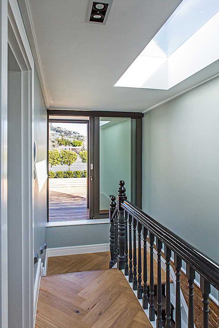 ALTERATION FRESNAYE, CAPE TOWN Colonial style corridor, hallway& stairs by Grobler Architects Colonial