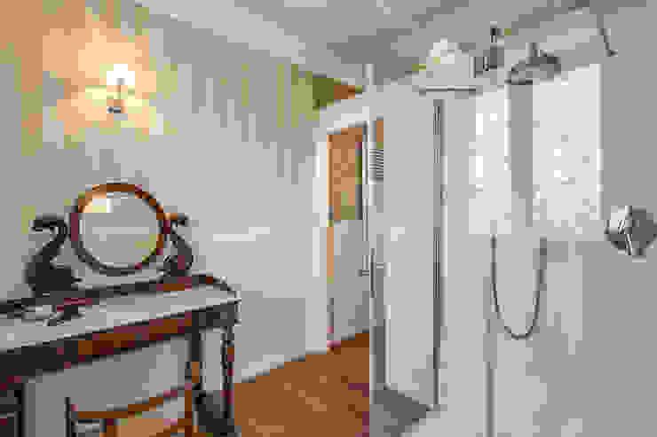 クラシックスタイルの お風呂・バスルーム の Studio Guerra Sas クラシック