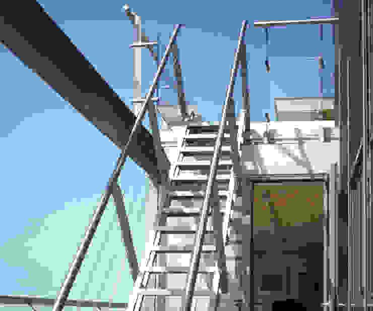 Balcones y terrazas de estilo industrial de Archipelontwerpers Industrial