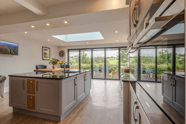 High Peak. Stunning views of the High Peak countryside from this family room extension โดย John Gauld Photography โมเดิร์น