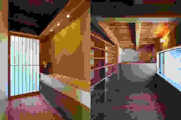 隨意取材風玄關、階梯與走廊 根據 水野建築研究所 隨意取材風 實木 Multicolored