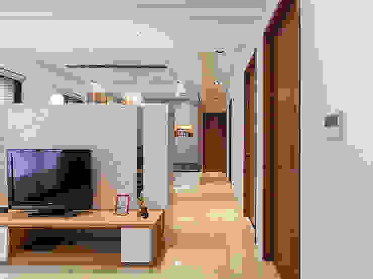 北歐風格美學新體驗 斯堪的納維亞風格的走廊,走廊和樓梯 根據 好室佳室內設計 北歐風