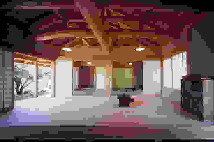 通り庭から見る板の間と和室 木造伝統構法 惺々舎 クラシックデザインの リビング