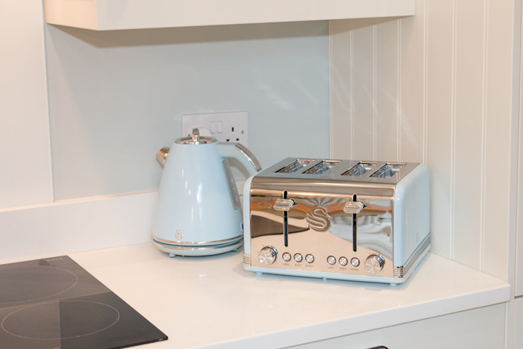 Pastel blue accessories complete the coastal look ADORNAS KITCHENS Cuisine intégrée Bois Beige