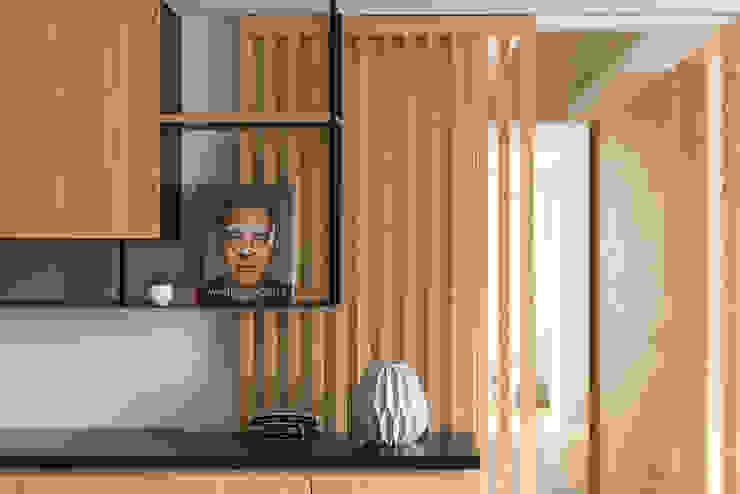 餐廳吊櫃+廊道拉門 Minimalist dining room by 御見設計企業有限公司 Minimalist Wood Wood effect