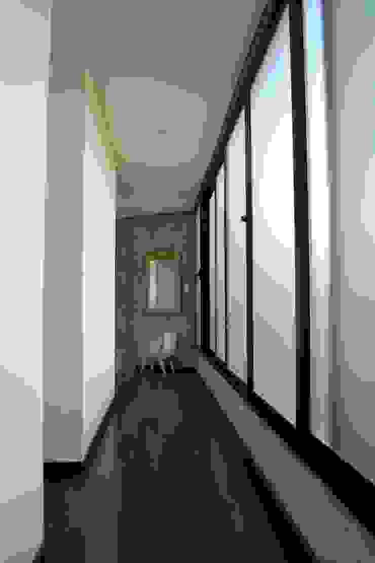 Ingresso, Corridoio & Scale in stile minimalista di Horizontal Arquitectos Minimalista Legno Effetto legno