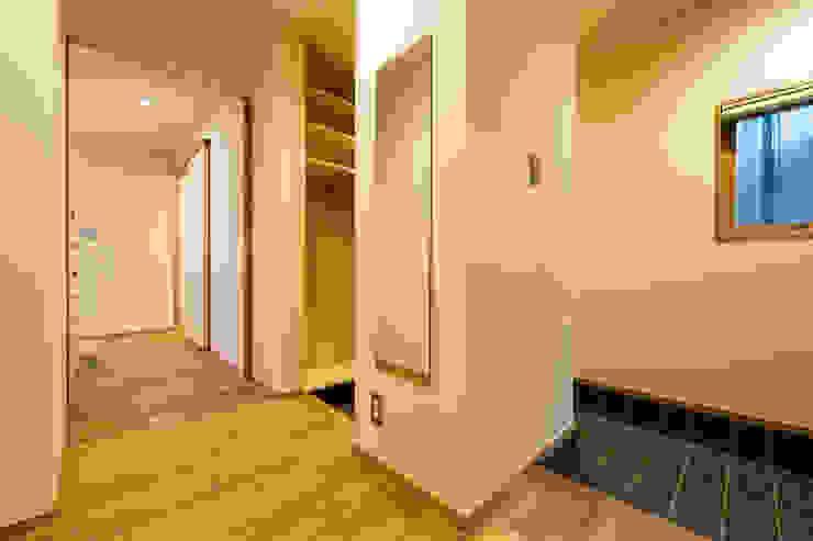 ห้องโถงทางเดินและบันไดสมัยใหม่ โดย 株式会社山口工務店 โมเดิร์น ไม้ Wood effect