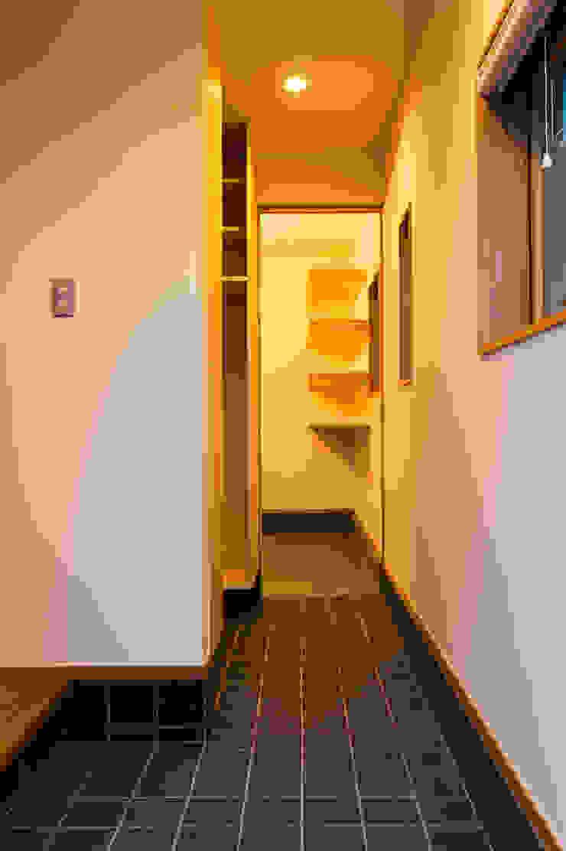 ห้องโถงทางเดินและบันไดสมัยใหม่ โดย 株式会社山口工務店 โมเดิร์น กระเบื้อง