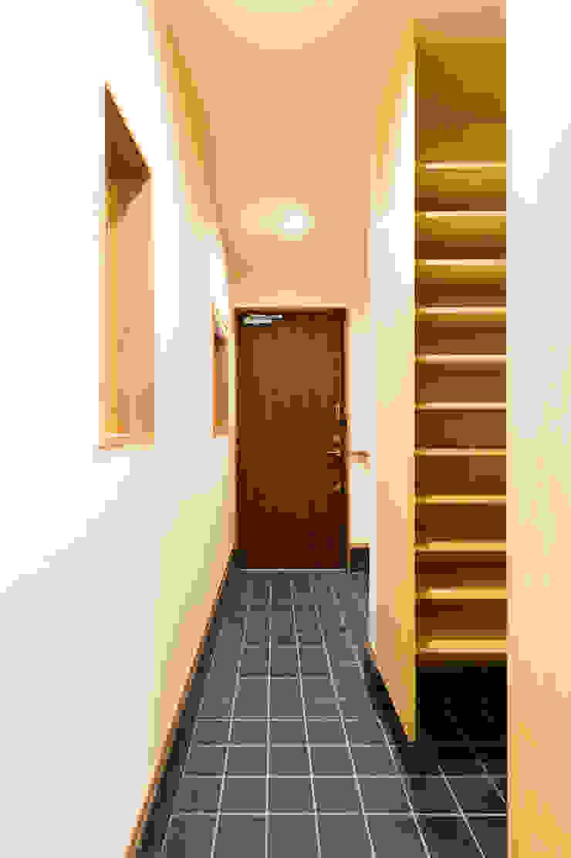 ห้องโถงทางเดินและบันไดสมัยใหม่ โดย 株式会社山口工務店 โมเดิร์น หิน