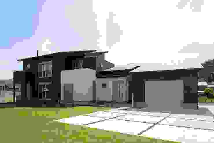 (仮称)暮らしを育むインナーガレージと土間のある和モダンコートハウス の やまぐち建築設計室 モダン