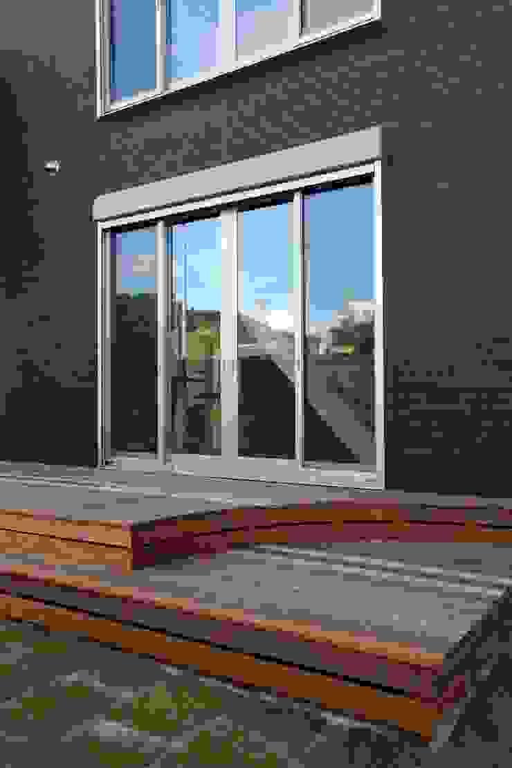 LDK・リビングと外観を彩るウッドデッキ の やまぐち建築設計室 ラスティック 木 木目調