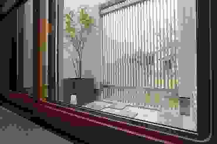 中庭 光庭 の やまぐち建築設計室 モダン 石