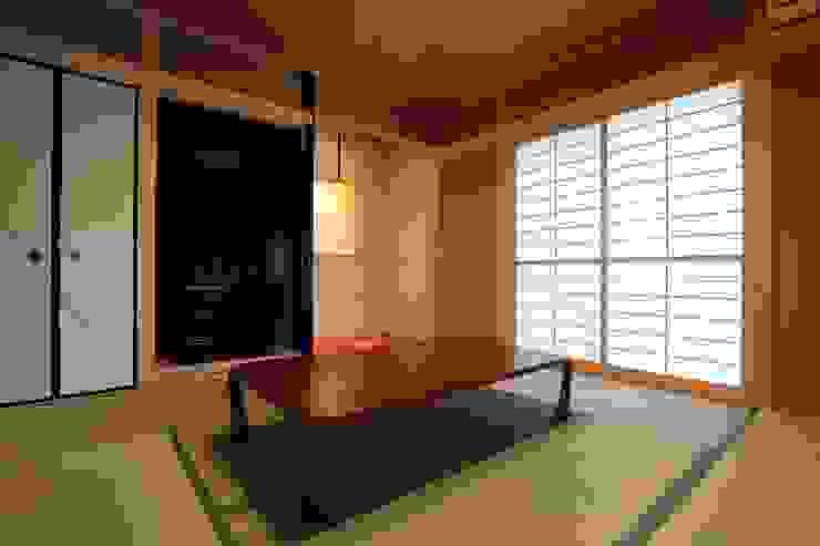 中庭 光庭 光の箱を愛でる和室 モダンデザインの 多目的室 の やまぐち建築設計室 モダン 木 木目調