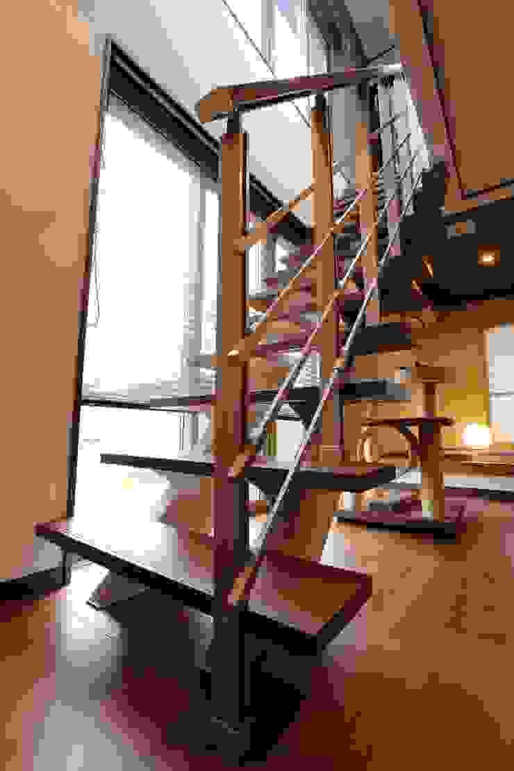 ストリップ階段 モダンスタイルの 玄関&廊下&階段 の やまぐち建築設計室 モダン 木材・プラスチック複合ボード