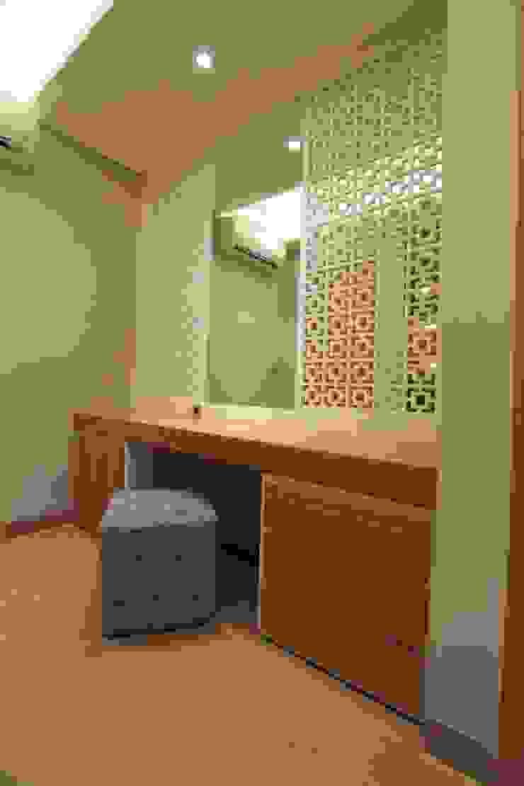Dressing area Ruang Ganti Tropis Oleh Kottagaris interior design consultant Tropis