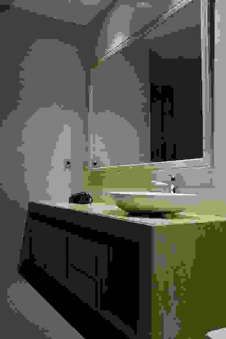 Lavatory Kamar Mandi Tropis Oleh Kottagaris interior design consultant Tropis