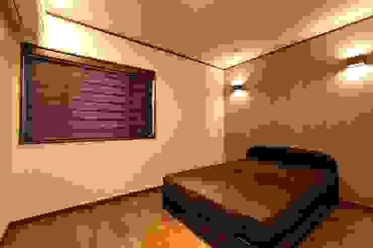 寝室 モダンスタイルの寝室 の やまぐち建築設計室 モダン 木材・プラスチック複合ボード