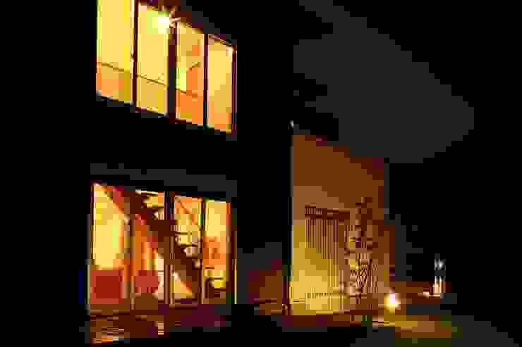 ウッドデッキ庭とスリット の やまぐち建築設計室 モダン 木 木目調