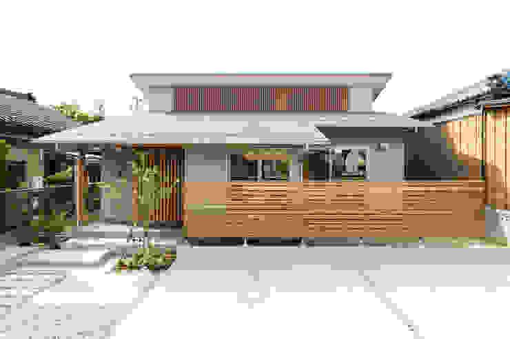 Chalés e casas de madeira  por 株式会社山口工務店