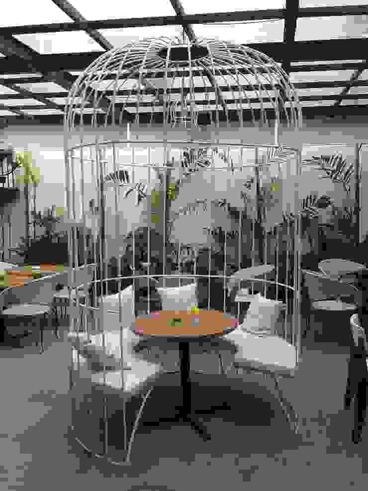 Outdoor area with bird cage spot Gastronomi Gaya Industrial Oleh Kottagaris interior design consultant Industrial
