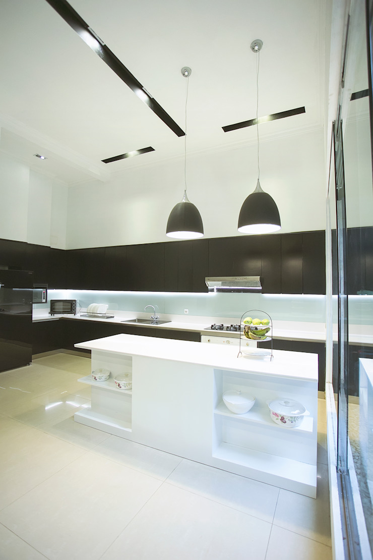 BN Elok I House Dapur Modern Oleh INK DESIGN STUDIO Modern Kayu Buatan Transparent