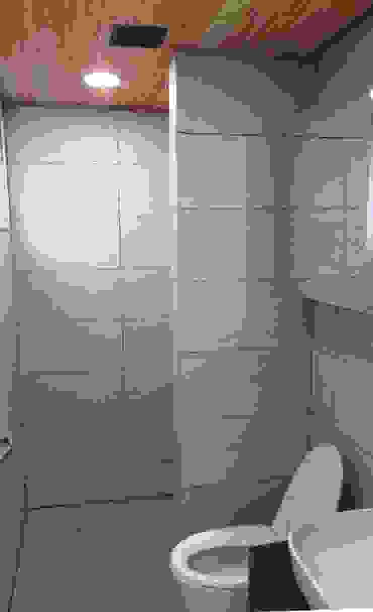 1층의 공용 욕실 모던스타일 욕실 by MetaPhora Co.,LTD 모던