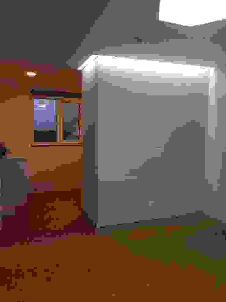 2층에 위치한 안방 (2) 모던스타일 드레싱 룸 by MetaPhora Co.,LTD 모던