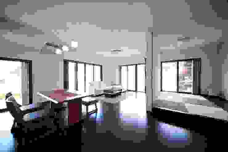 (仮称)緑豊かな郊外に建つ和モダンの住まい: やまぐち建築設計室が手掛けたリビングです。