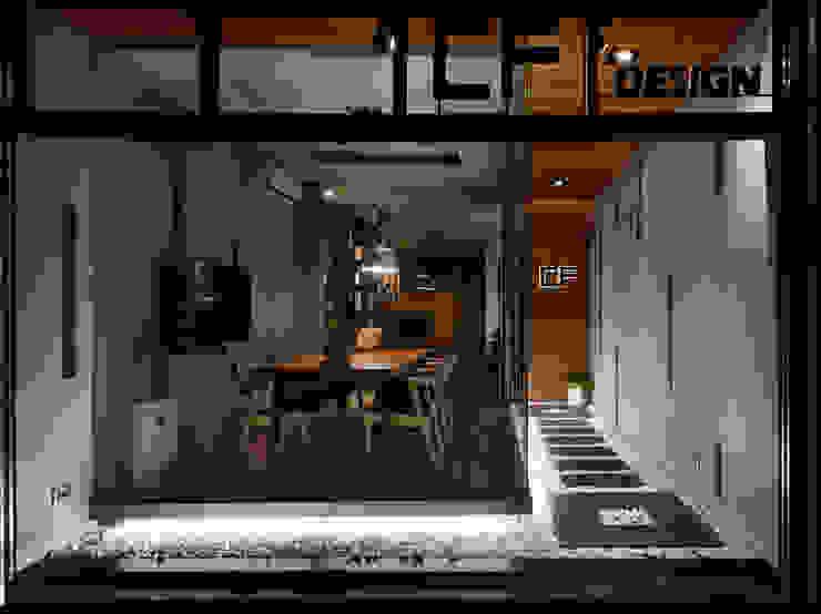 Lojas e Espaços comerciais modernos por 陳府設計 Chenfu Design Moderno