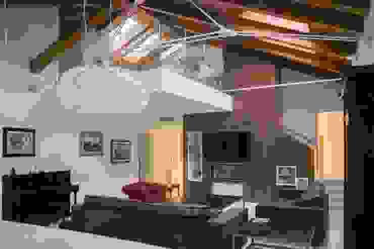 Sottotetto in Centro Arch&Craft architects Soggiorno moderno