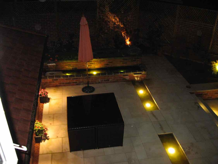 Dining area at night Jane Harries Garden Designs Giardino moderno Pietra Grigio