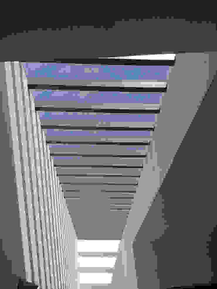 Pergolas Pasillos, vestíbulos y escaleras modernos de Productos Cristalum Moderno Aluminio/Cinc