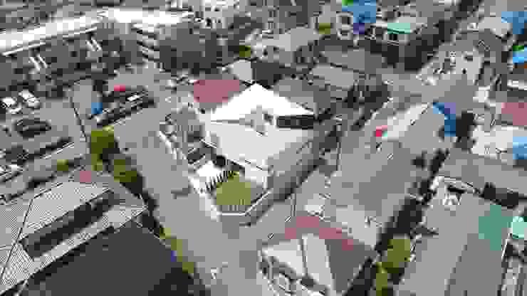 スロープの家・卍(愛犬家・愛猫家住宅) von 前田敦計画工房 Modern