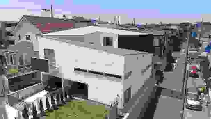 スロープの家・卍(愛犬家・愛猫家住宅) Moderne Häuser von 前田敦計画工房 Modern
