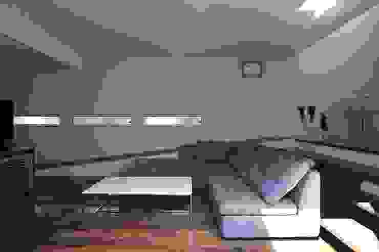 スロープの家・卍(愛犬家・愛猫家住宅) Moderne Wohnzimmer von 前田敦計画工房 Modern