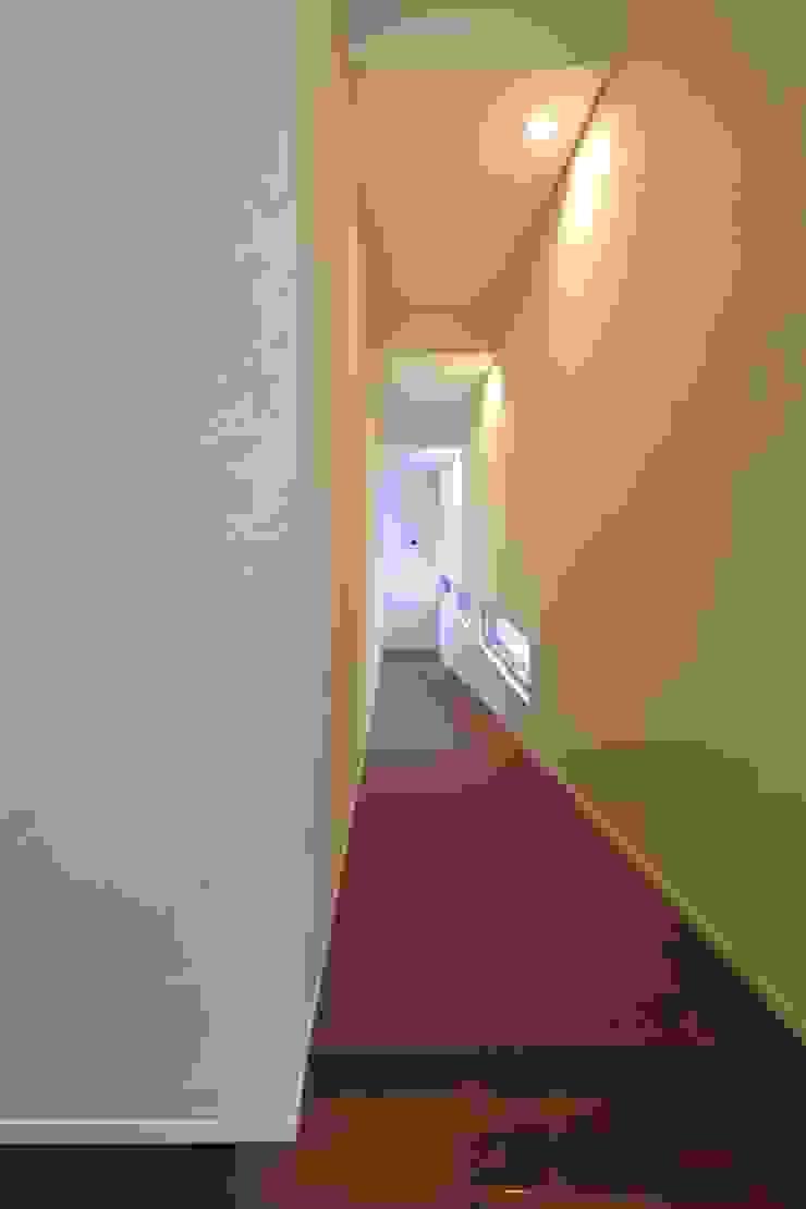 スロープの家・卍(愛犬家・愛猫家住宅) Moderner Flur, Diele & Treppenhaus von 前田敦計画工房 Modern