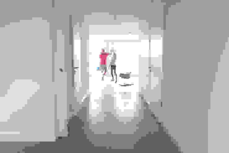 Ruang Keluarga Minimalis Oleh Neugebauer Architekten BDA Minimalis