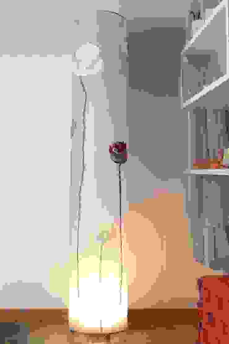 Lampada da terra Blossom di Elena Kihlman Minimalista Sintetico Marrone