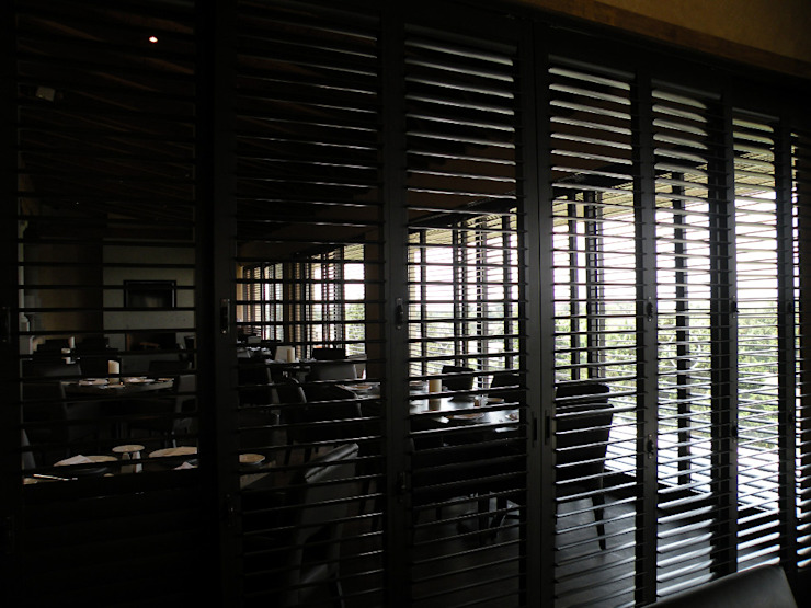 Puertas y ventanas de estilo  por Productos Cristalum