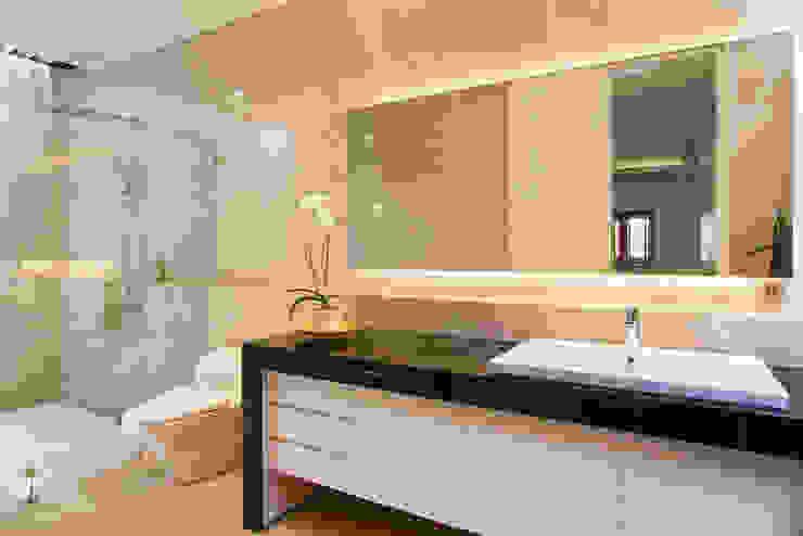 bathroom:modern  oleh e.Re studio architects, Modern